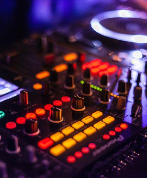 audio-audio-mixer-close-up-2111015_bearb-min